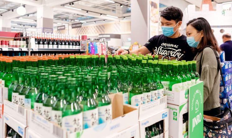 고객들이 싱가포르의 최대 유통 체인점인 페어프라이스에서 참이슬과 청포도에이슬 등 과일리큐르를 구입하고 있다. (사진제공=하이트진로)