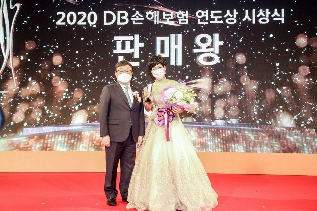 김정남 DB손해보험 대표이사 부회장(왼쪽)이 2020 연도상 시상식에서 판매왕에 선정된 황금숙 남부사업단 PA(오른쪽)와 기념촬영을 하고 있다.