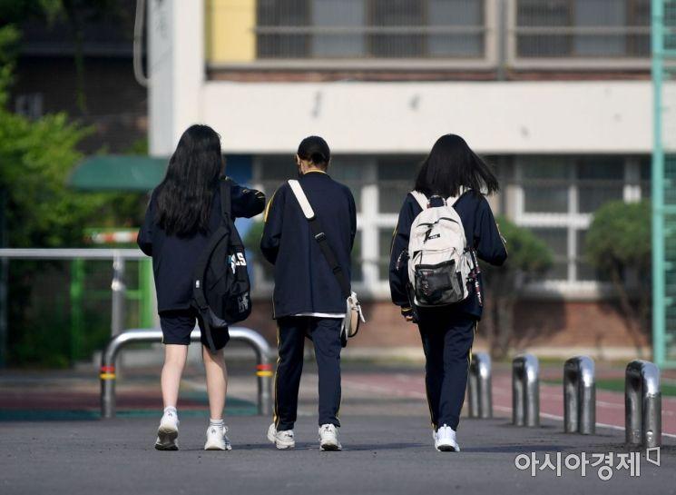 수도권 중학교 등교수업이 확대된 14일 서울 강남구 언주중학교에서 학생들이 등교를 하고 있다. 2021.6.14 사진공동취재단 (학생들 얼굴이 나오지 않도록 해달라는 학교측의 요구가 있었습니다. 지면 사용에 참고하시어 적절한 모자이크 부탁드립니다)