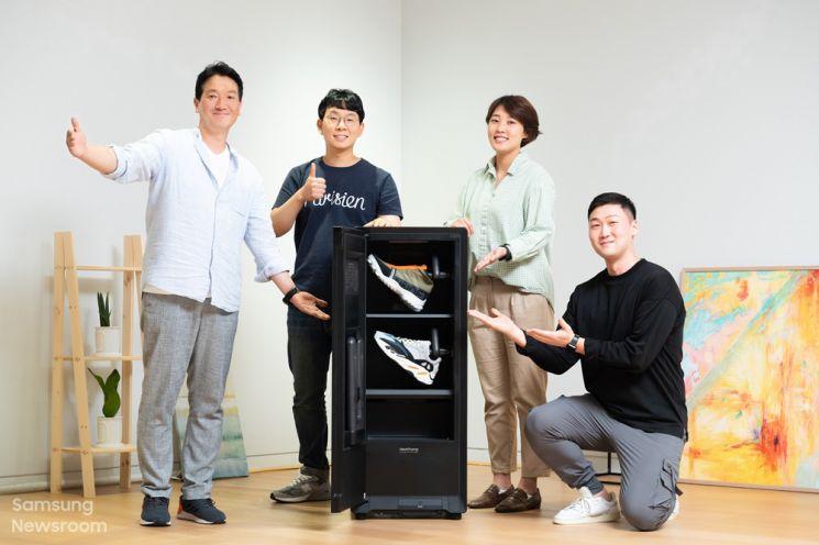 비스포크 슈드레서를 개발한 삼성전자 생활가전사업부 이중희 엔지니어(왼쪽부터), 오진영글 엔지니어, 김명선 프로, 김명규 디자이너(사진=삼성전자 뉴스룸)