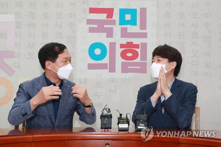 이준석 국민의힘 대표(오른쪽)와 김기현 원내대표가 13일 오후 서울 여의도 국회에서 만나 대화하고 있다. 이 대표와 김 원내대표는 이날 회동에서 당직 인선 등을 논의할 것으로 알려졌다. [이미지출처=연합뉴스]