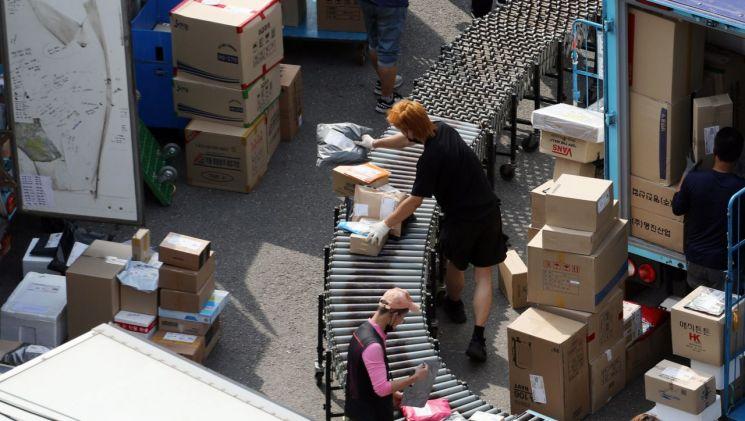 지난 8일 오전 서울 한 택배물류센터에서 관계자들이 작업을 하고 있다. [이미지출처=연합뉴스]