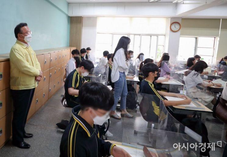 [포토] 김부겸 총리, 학교 방역 상황 점검