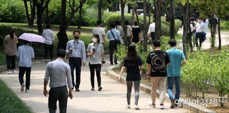 서울 여의도공원에서 시민 및 직장인들이 가벼운 옷차림으로 산책을 하고 있다. /문호남 기자 munonam@