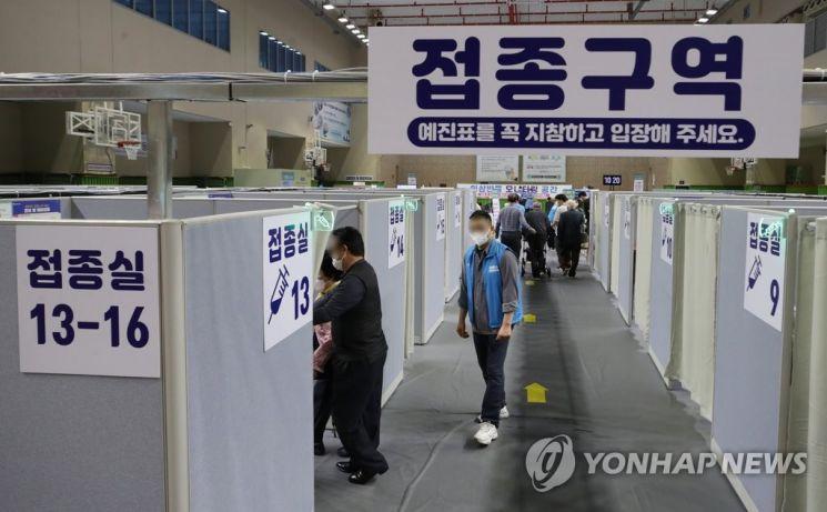 지난달 29일 오전 서울 동작구 코로나19 예방접종센터가 설치된 사당종합체육관에서 시민들이 접종실로 향하고 있다. / 사진=연합뉴스