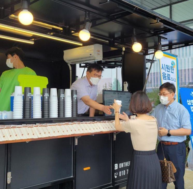 이재홍 TIPA 원장(왼쪽에서 두 번째)이 직원들에게 다회용컵에 음료를 담아 나누어주고 있다. [사진제공=TIPA]