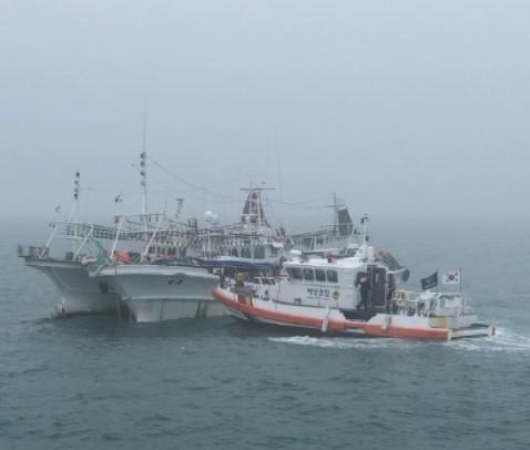 지난 2019년 7월 전남 진도군 해상에서 짙은 바다안개로 인한 어선 간 충돌사고가 발생해 해경이 긴급구조에 나서고 있다. (사진=목포해양경찰서 제공)