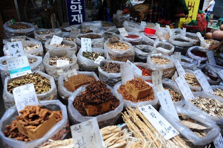 다양한 약재들이 판매되고 있는 서울 약령시의 모습