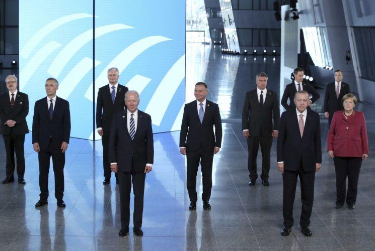나토 정상들과 기념사진 찍는 바이든 미 대통령 [이미지출처=연합뉴스]
