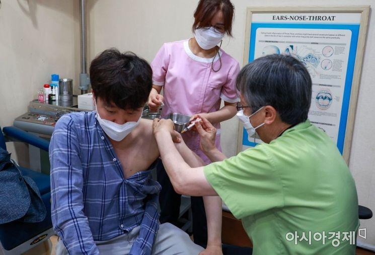 이준석 국민의힘 대표가 15일 서울 노원구 한 병원에서 코로나19 백신(얀센)을 접종하고 있다./국회사진기자단