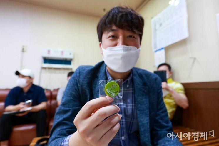 이준석 국민의힘 대표가 15일 서울 노원구 한 병원에서 코로나19 백신(얀센) 접종을 마친 후 뱃지를 보여주고 있다./국회사진기자단