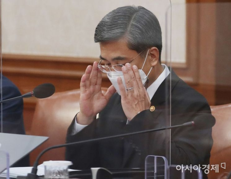 [포토] 안경 고쳐 쓰는 서욱 국방장관