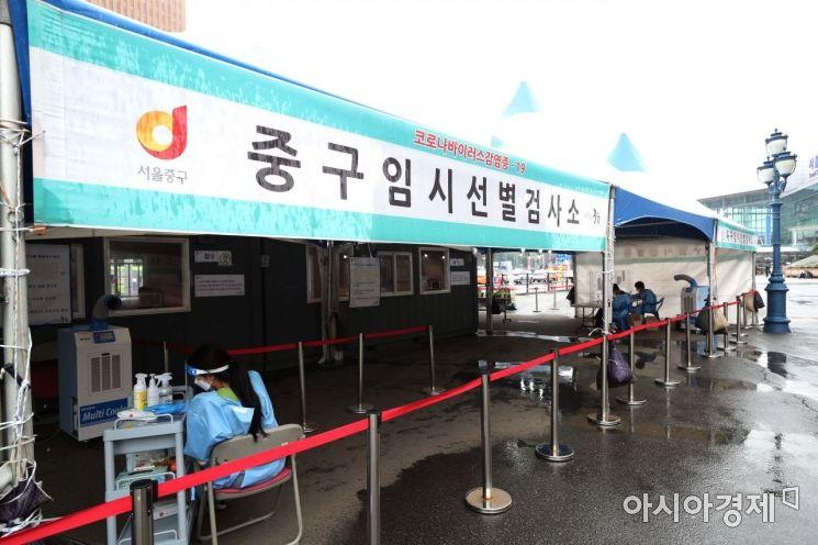 국내 코로나19 신규 확진자가 이틀째 300명대를 기록했다. 15일 서울역 광장에 마련된 코로나19 임시 선별검사소가 평소보다 한산하다. 연이틀 300명대 확진자는 4차 유행 시작 전인 지난 3월 15∼16일(379명·363명) 이후 3개월 만이다. /문호남 기자 munonam@