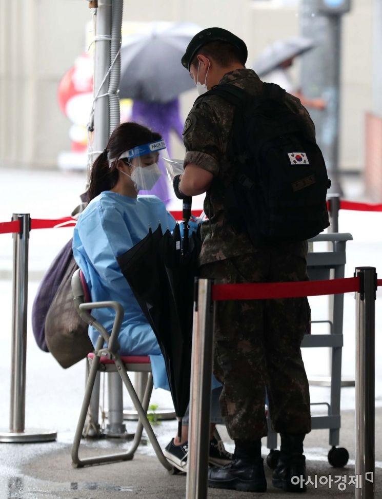 국내 코로나19 신규 확진자가 이틀째 300명대를 기록했다. 15일 서울역 광장에 마련된 코로나19 임시 선별검사소에서 한 군인이 검사를 위해 대기하고 있다. 연이틀 300명대 확진자는 4차 유행 시작 전인 지난 3월 15∼16일(379명·363명) 이후 3개월 만이다. /문호남 기자 munonam@