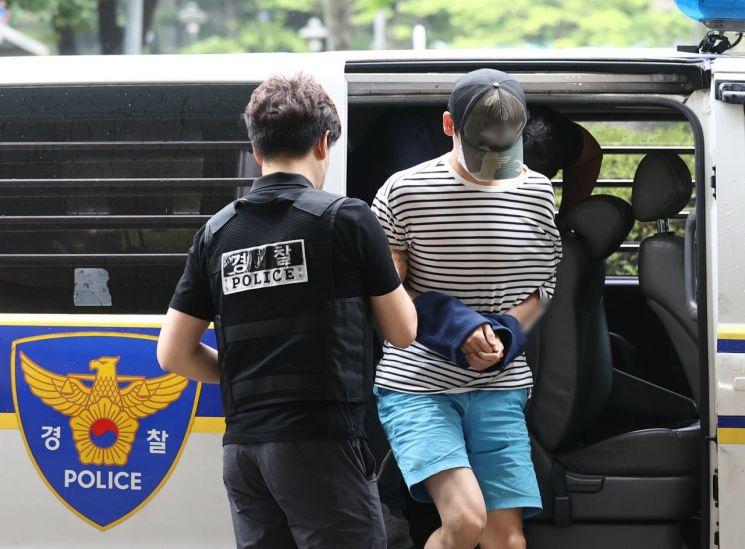 서울 마포구의 한 오피스텔에서 친구 A씨를 감금해 살인한 혐의를 받는 B씨가 15일 오전 마포구 서울서부지법에서 열린 구속 전 피의자 심문(영장실질심사)에 출석하고 있다.     A씨는 지난 14일 서울 마포구 연남동의 한 오피스텔에서 나체로 숨진 채 발견됐다. 경찰 등에 따르면 A씨는 영양실조에 저체중 상태였으며 몸에는 폭행당한 흔적이 있는 것으로 확인됐다. [이미지출처=연합뉴스]