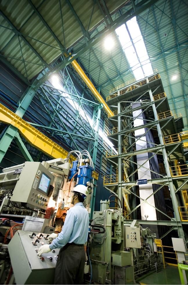 동국제강 부산공장 근로자가 생산라인 운영을 관리하고 있다.