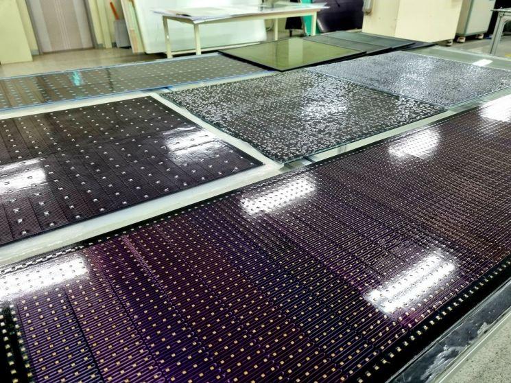 충남 아산에 위치한 솔라플렉스 본사에서 개발 및 생산 중인 태양전지. [사진 = 이준형 기자]