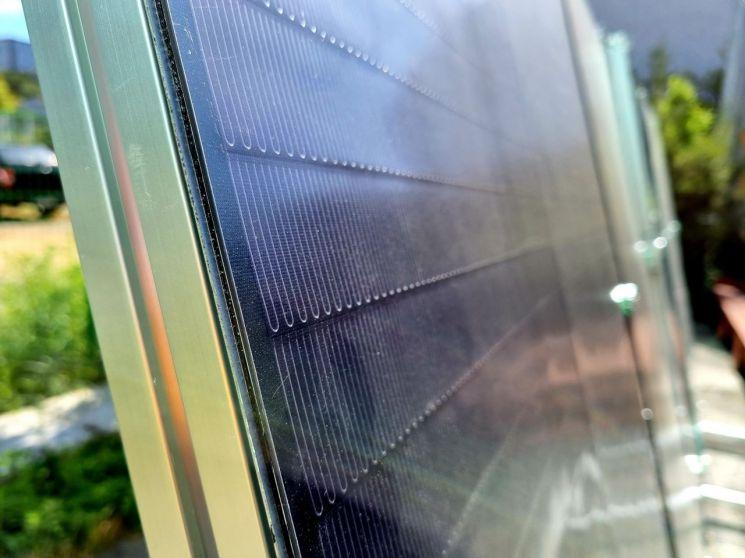 솔라플렉스가 생산하는 2세대 태양전지의 두께는 4마이크론으로 1세대(188마이크론)의 47분의 1 정도에 불과하다. [사진 = 이준형 기자]