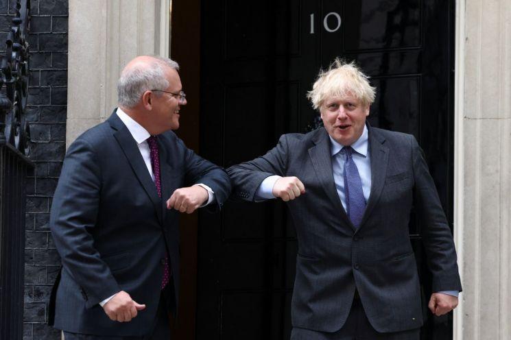 보리스 존슨 영국 총리(오른쪽)와 스콧 모리슨 호주 총리 [이미지출처=로이터연합뉴스]