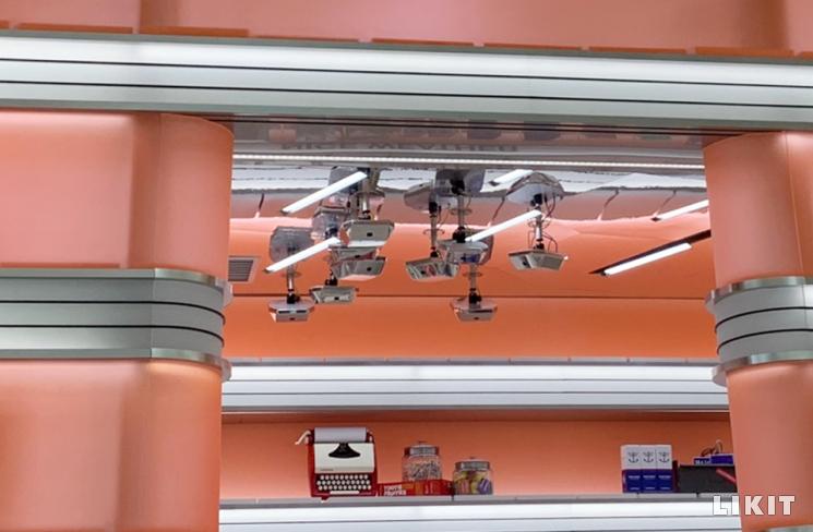 언커먼 스토어 천장에 달린 인공지능 카메라. ⓒ라이킷