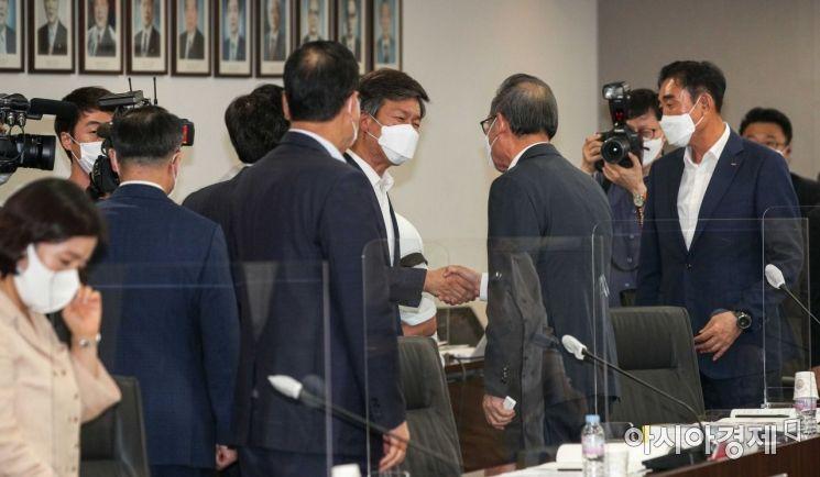 [포토]중소기업인과 인사하는 김대지 국세청장