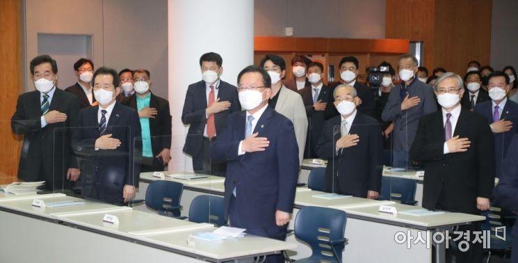 [포토] 국민의례 하는 참석자들
