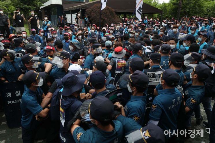 [포토]택배노조, 경찰과 충돌