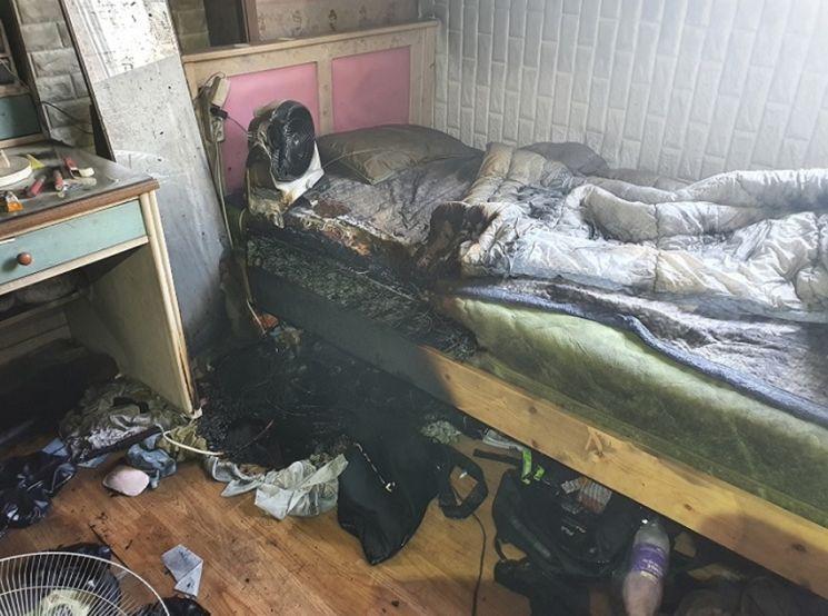 지난달 천안시 서북구 공동주택에서 전기합선으로 발생한 화재로 침구류 등이 검게 그을려 있다. 충남도 제공