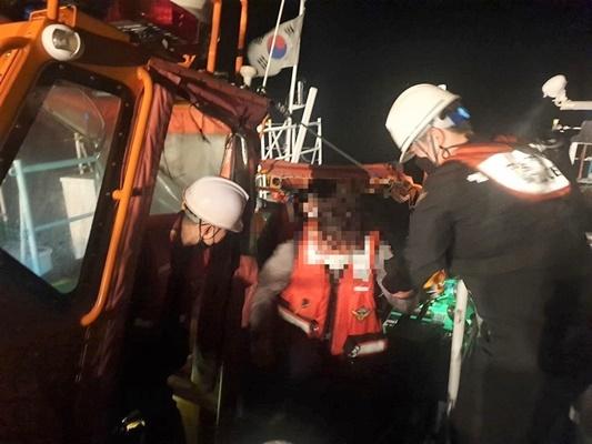 목포해경이 신안군 섬마을에서 얼굴을 다친 40대를 긴급 이송했다. (사진=목포해양경찰서 제공)