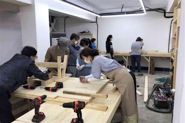 지난해 운영된 주민기술학교 목공 실습 모습