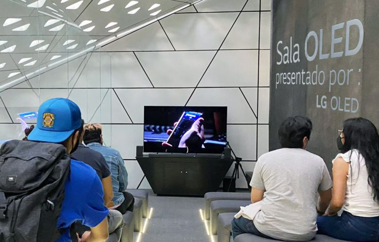 LG전자가 멕시코국립영화관 시네테카나시오날 내에 LG OLED TV 전용 상영관인 살라올레드(SALA OLED)를 열었다. 관람객들이 LG OLED TV로 영화를 시청하고 있다./사진제공=LG전자
