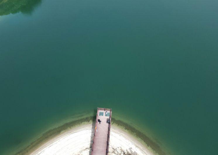 횡성호수길은 걷는것이 얼마나 즐거운지를 보여주는곳이다. 소나무길, 호수길 등 짧지만 다양한 매력을 선사한다. 호수길 5구간에 있는 전망데크