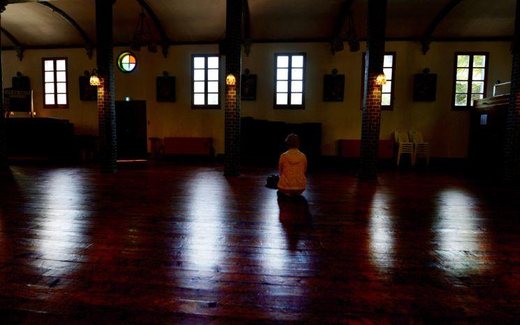 마루바닥으로 된 성당 내부
