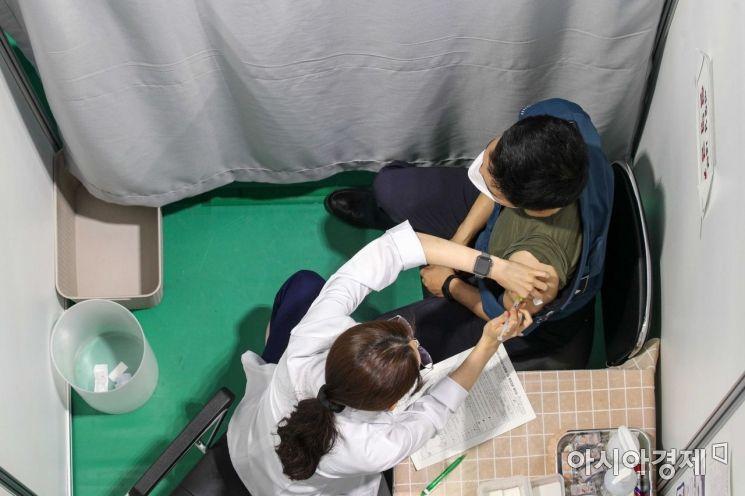 서울 서대문구 코로나19백신접종센터에서 경찰병력이 백신 접종에 나서고 있다./강진형 기자aymsdream@