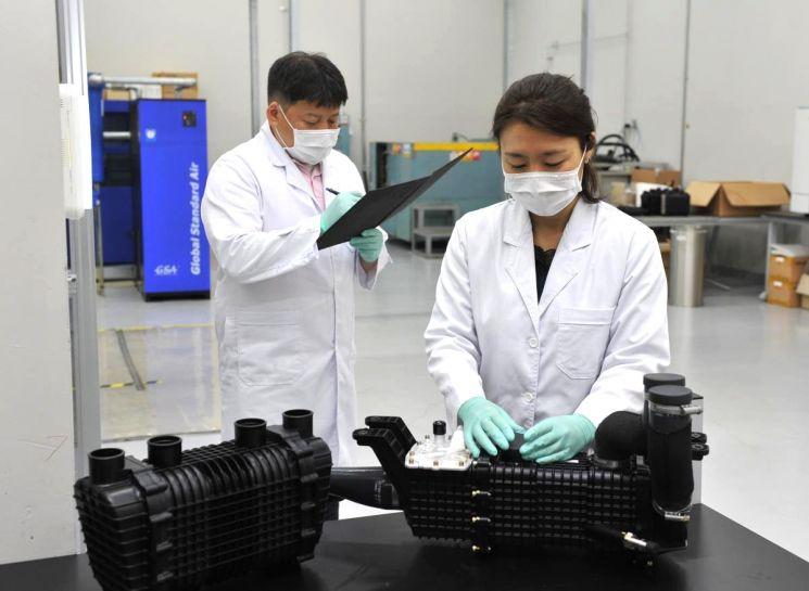 코오롱인더스트리 연구원이 현대차의 차세대 수소연료전지 시스템에 공급되는 수분제어장치를 점검하고 있다. 사진제공=코오롱인더스트리
