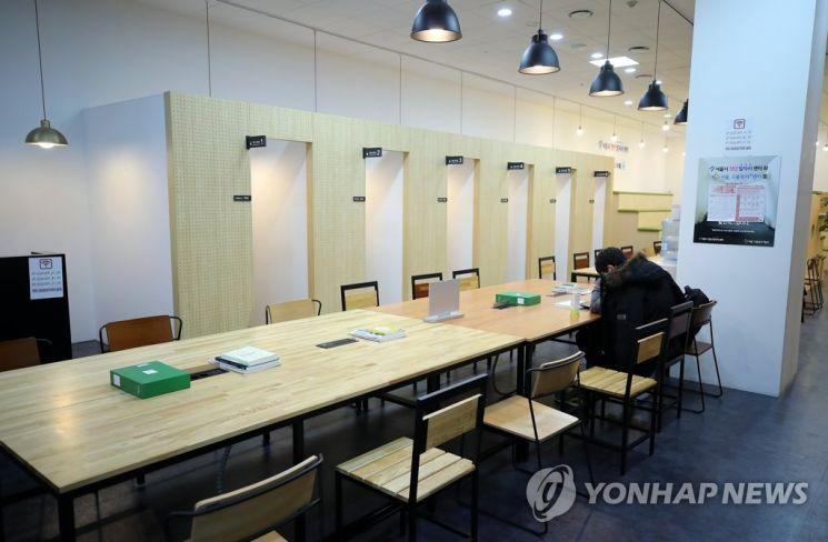 한 남성이 독서실에서 취업 준비에 열중하고 있다. / 사진=연합뉴스