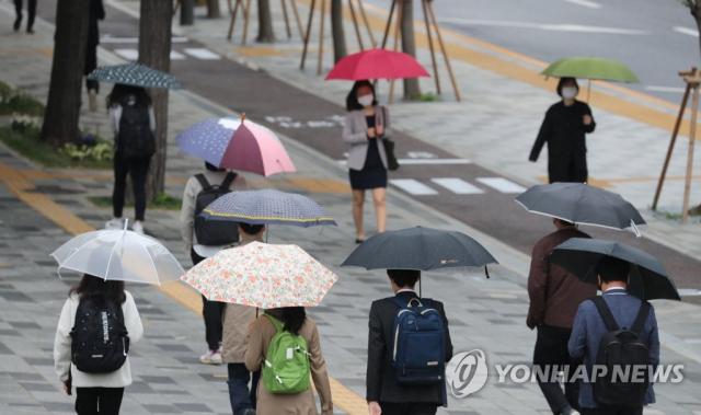 서울시 중구 한 거리에서 직장인들이 우산을 쓴 채 출근하고 있다. / 사진=연합뉴스