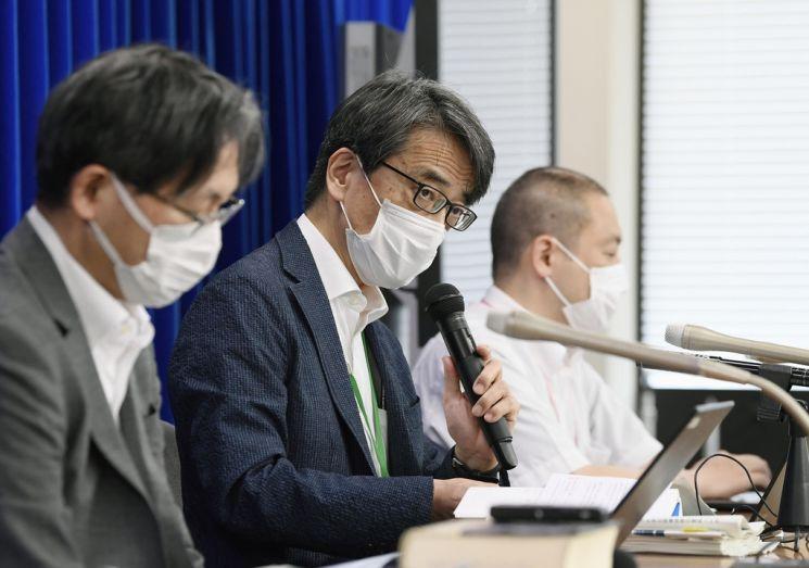일본 후생노동성이 운영하는 코로나19 전문가 그룹의 좌장인 와키타 다카지 국립감염증연구소장이 16일 회의를 마친 뒤 기자회견을 하고 있다. [이미지출처=연합뉴스]
