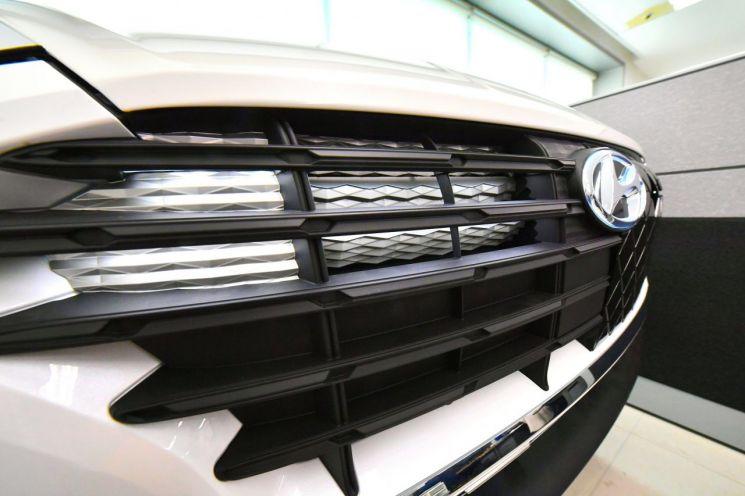 현대모비스가 전기차 등 미래차에 적용할 독창적인 자동차 그릴 연구·개발(R&D)에 박차를 가하고 있다. 사진은 현대모비스가 개발한 그릴 일체식 액티브 에어 플립.  사진제공=현대모비스