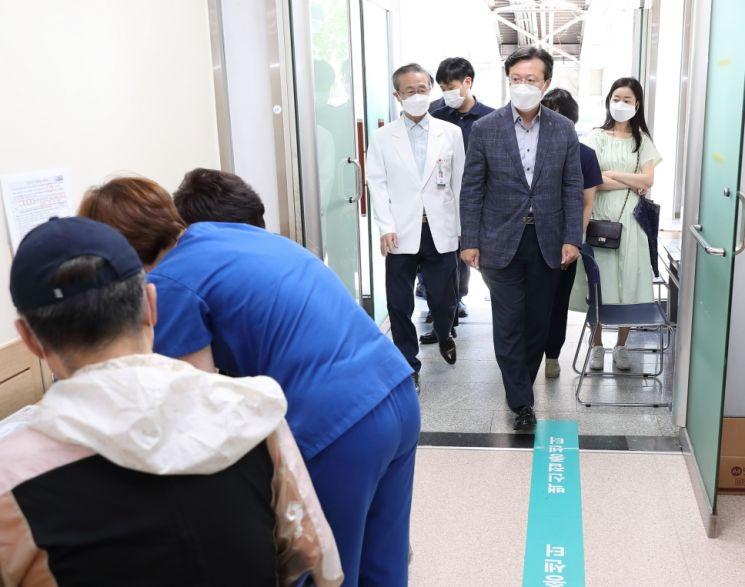 [포토]채현일 영등포구청 성애병원 백신접종센터 방문