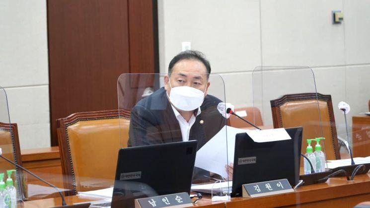 전체회의에서 열악한 섬지역의 의료환경을 피력하고 있는 김원이 국회의원. 사진 = 김원이국회의원실 제공