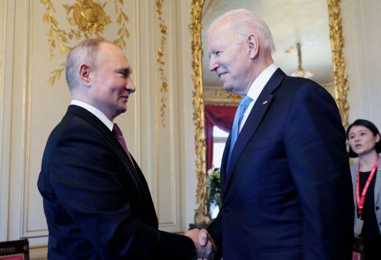 블라디미르 푸틴 러시아 대통령(왼쪽)과 조 바이든 미국 대통령(오른쪽)이 16일(현지시간) 정상회담 장소인 스위스 제네바의 빌라 라 그렁주 에서 만나 악수하고 있다. [이미지출처=연합뉴스]