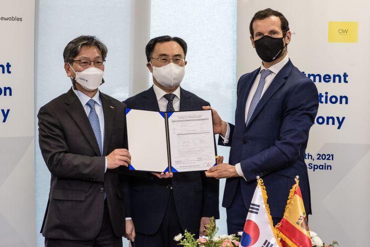 산업통상자원부 문승욱 장관(가운데)과 KOTRA 유정열 사장(왼쪽), 오션윈즈 CEO 스피리돈 마르티니스가 투자신고서 서명 후 기념 촬영을 하고 있다./사진제공=KOTRA