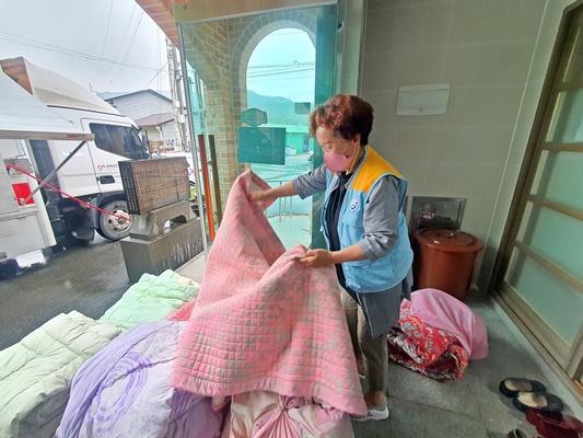 용산면 행정복지센터는 새마을부녀회원과 자원봉사자들이 이불 세탁 봉사를 했다. (사진=장흥군 제공)