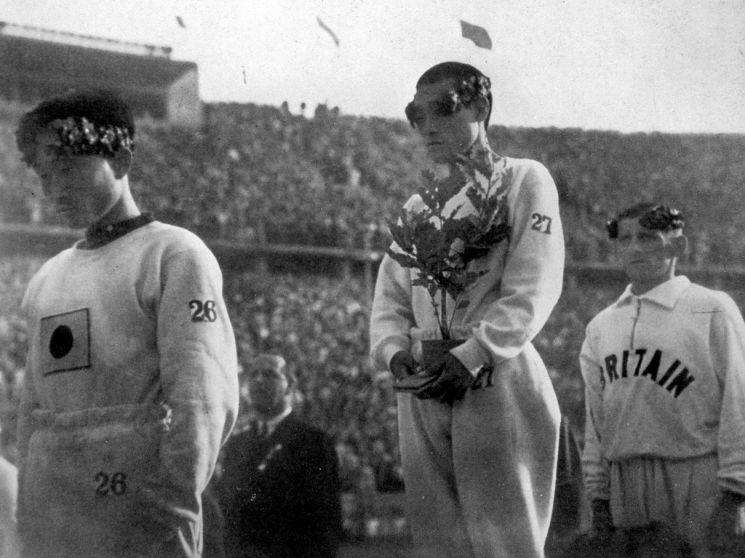 지난 1936년 베를린 하계 올림픽 당시 우승 시상대에 서있는 손 선수. / 사진=연합뉴스