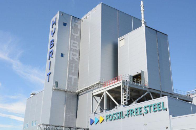 볼보차는 향후 스웨덴 룰레오에 위치한 하이브리트 파일럿 공장에서 수소 환원철로 만든 SSAB 강철로 컨셉카를 비롯한 테스트 목적으로 사용할 계획이다.   사진제공=볼보자동차코리아