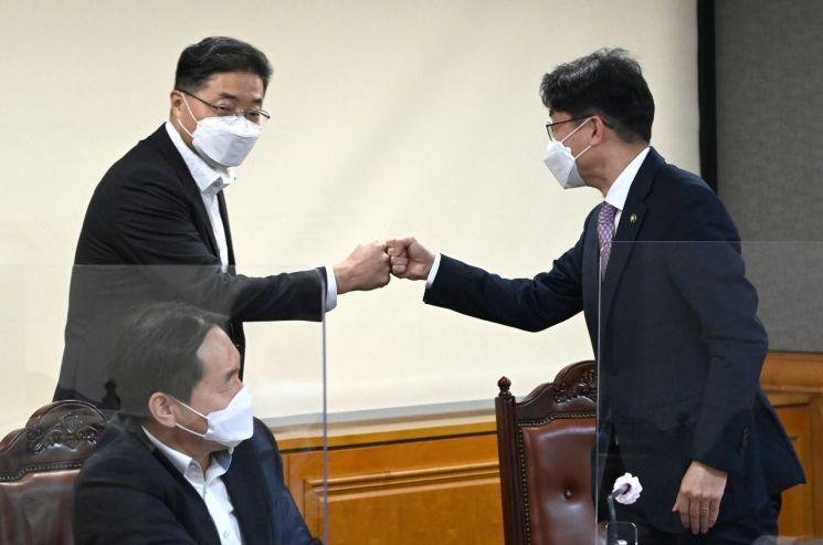 이승헌 한국은행 부총재(왼쪽)와 이억원 기획재정부 1차관(오른쪽) [이미지출처=연합뉴스]