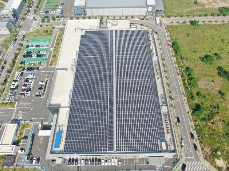 충남 아산 소재 드림텍 공장의 4000평 규모의 지붕에는 1.5MW/h 용량의 태양광 모듈이 빼곡하게 들어차 있다. 사진제공 = 드림텍