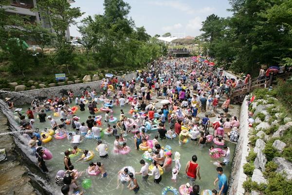 지난 2019년 월출산기찬랜드에서 피서객들이 물놀이를 즐기고 있다. (사진=영암군 제공)