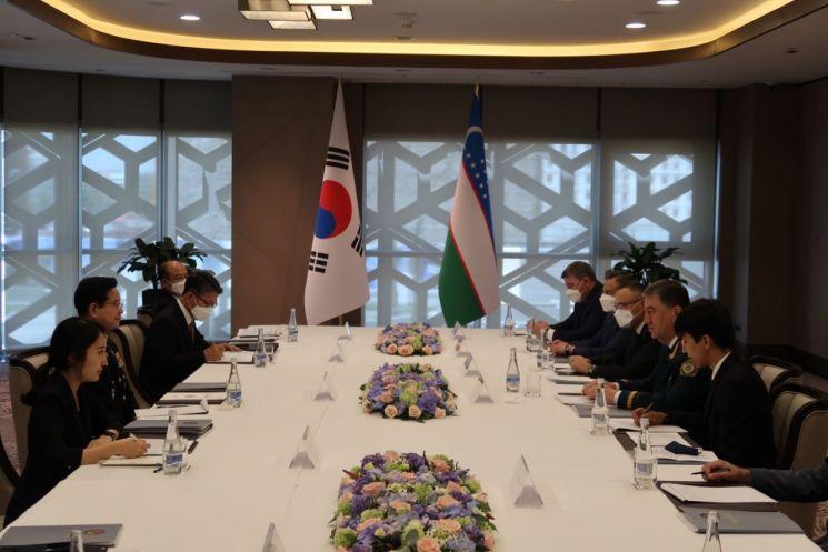 김창룡 경찰청장이 우즈베키스탄 내무부 장관과 치안총수 회담을 하고 있다.[사진제공=경찰청]